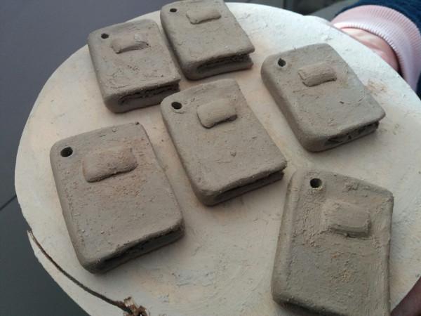 Immagine dei portachiavi in ceramica pronti per essere asciugati