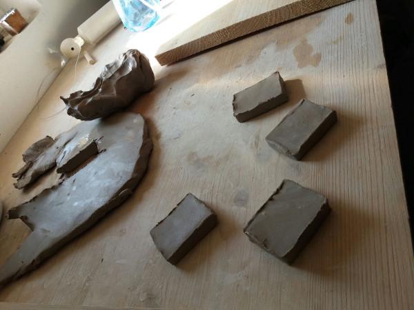 Immagine dei portachiavi in ceramica ancora grezzi