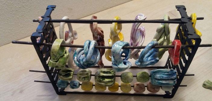 Alcune delle collane in ceramica