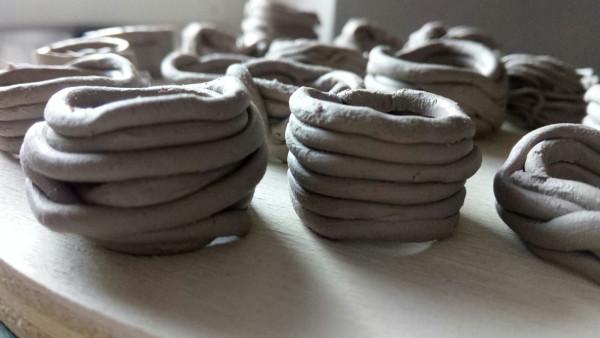 Immagine degli anelli in ceramica durante la fase di asciugatura