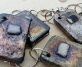 Portachiavi in ceramica raku: assemblaggio dei pezzi