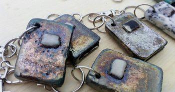 Immagine di alcuni dei portachiavi in ceramica raku