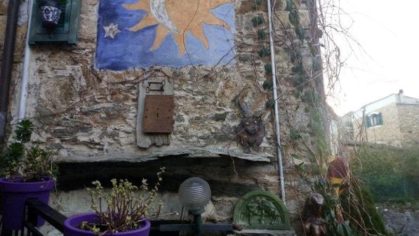 Immagine di una casa con sculture e affreschi a Boscomare