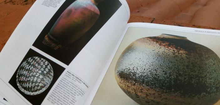 Immagine delle pagine dei vasi colorati nel libro Manuale della Ceramica