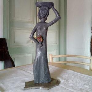 Immagine di una donna in pietra realizzata da Giacomo Fossati