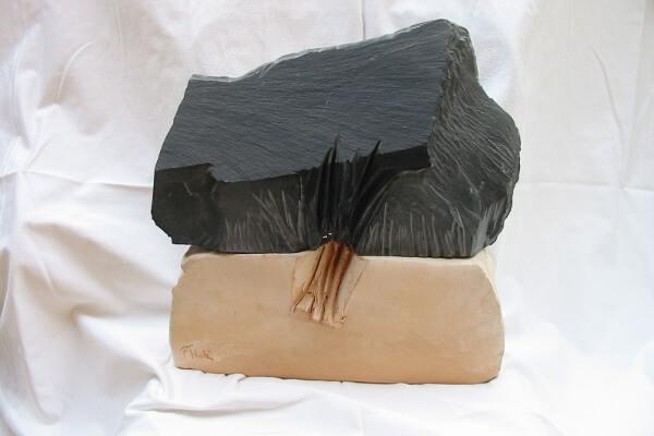 Immagine di una scultura di Fulvio Filidei in ardesia e creta