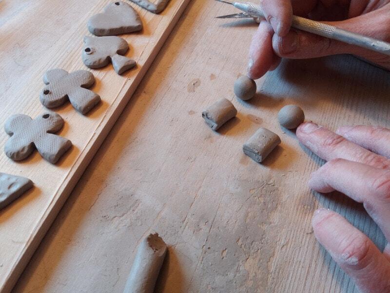 Immagine della preparazione degli orecchini in ceramica a due pezzi