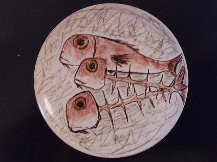 Immagine di un piatto in ceramica di Silvestro Pampolini, Lische di pesce