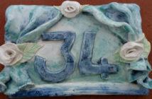 Immagine di un numero civico in ceramica con palcoscenico