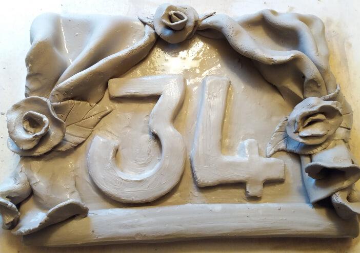 Immagine di un numero civico in ceramica da colorare