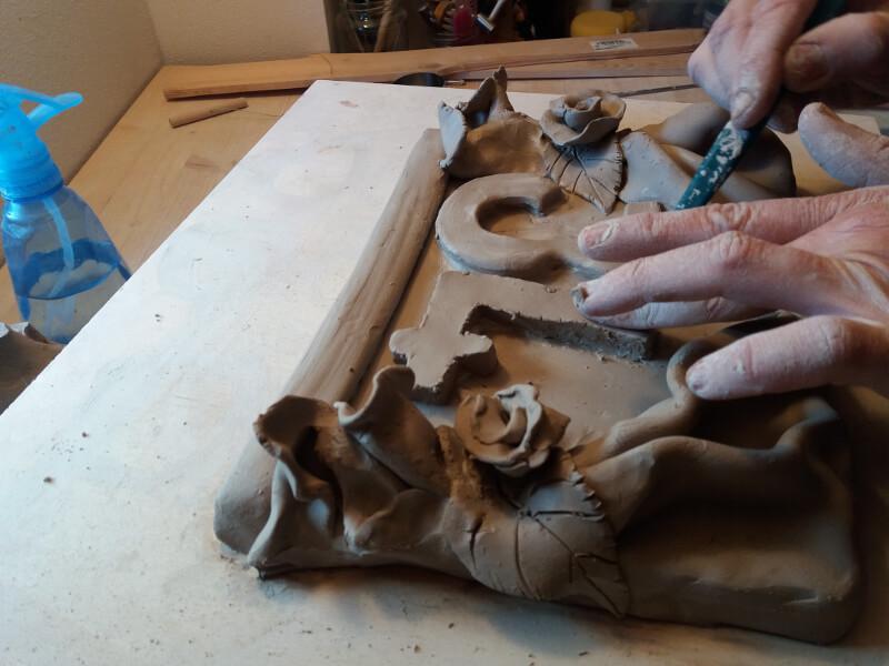 Immagine di un numero civico in ceramica in preparazione