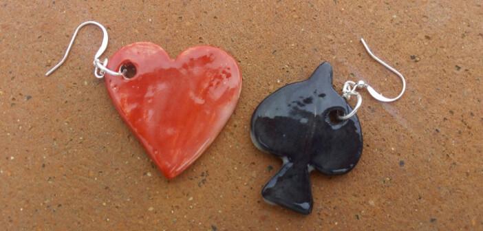 Immagine di orecchini in ceramica picche e cuore