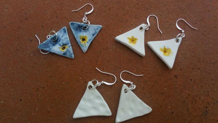 Immagine di orecchini in ceramica triangolari