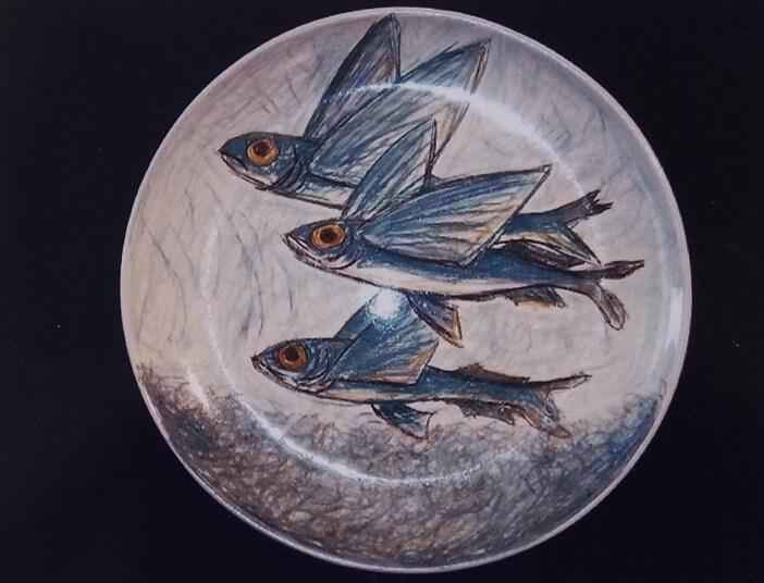 Immagine di un piatto in ceramica di Silvestro Pampolini, pesci volanti
