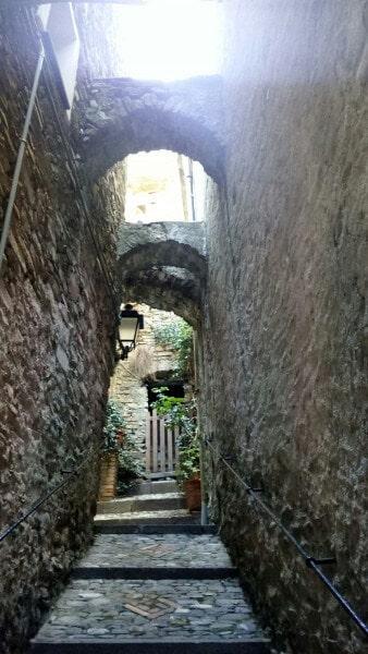 Immagine di un carruggio nel borgo ligure di Badalucco