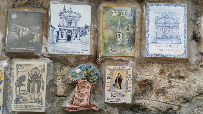 Immagine di ceramiche di tanti comuni sul Muretto di Alassio