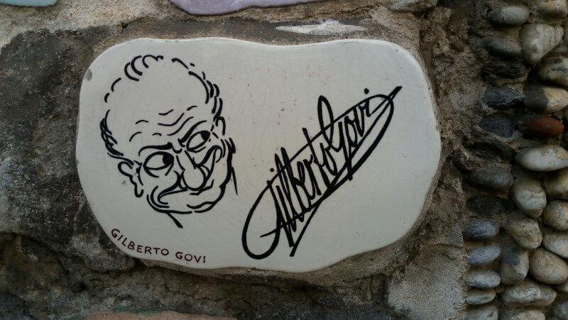 Immagine della ceramica di Gilberto Govi sul Muretto di Alassio
