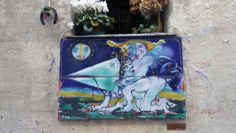 Immagine di streghe in ceramica a Badalucco