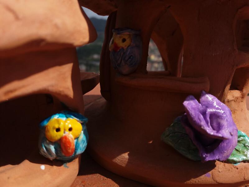 Immagine di casette fantasy in terracotta, particolare
