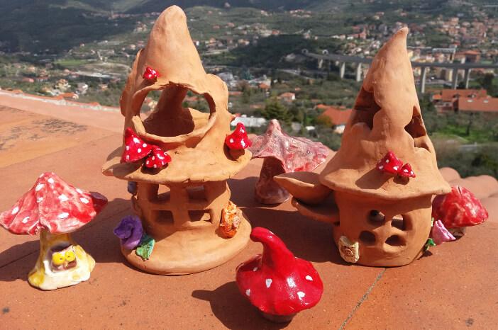 Immagien di casette fantasy in terracotta