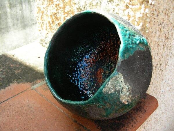 Immagine di una ciotola modellata in ceramica raku, vista in esterno