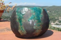 Immagine di una ciotola modellata in ceramica raku panciuta, totale