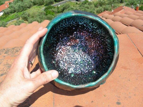 Immagine di una ciotola modellata in ceramica raku, vista dall'alto