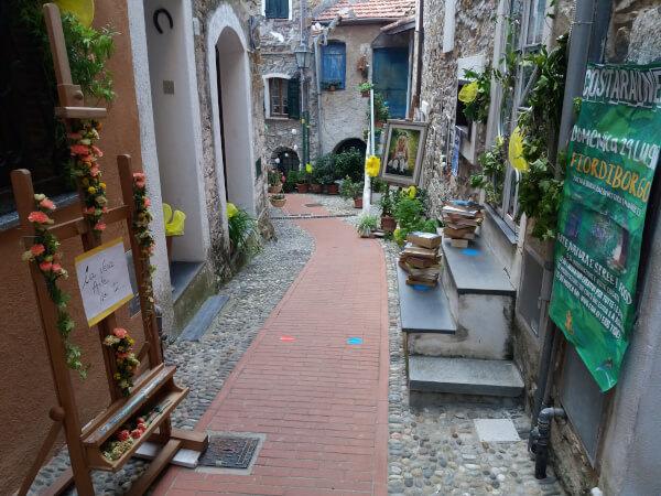 Immagine delle vie del borgo di Costarainera