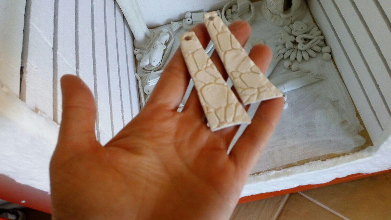 Immagine degli orecchini in ceramica appena estratti dal forno