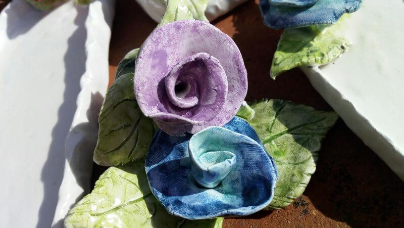 Immagine delle rose e del piattino stilizzato