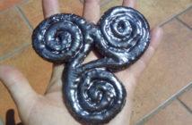 Immagine di un triskell in ceramica artigianale di Terra Accesa