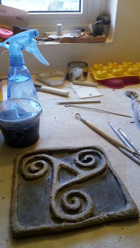 Immagine della lavorazione di un triskell ceramica artigianale