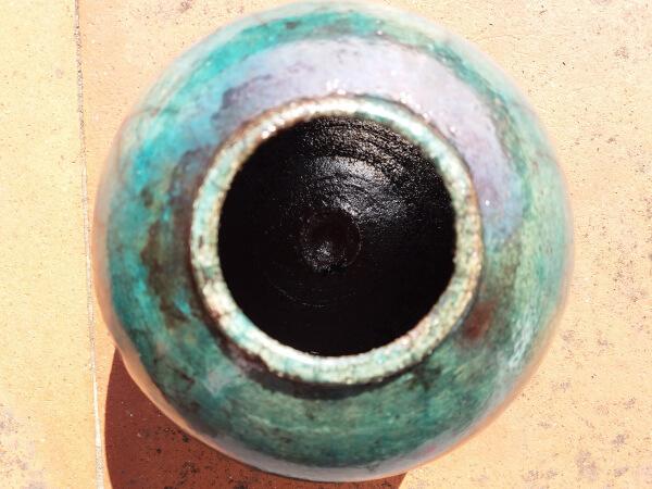 Immagine del vaso raku a forma sferica con vista dall'alto