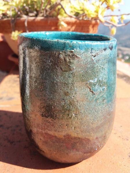 Immagine di un vaso raku stretto vista di lato