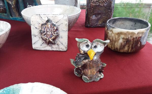 Immagine di creazioni in ceramica raku portate ai mercatini per hobbisti di Imperia