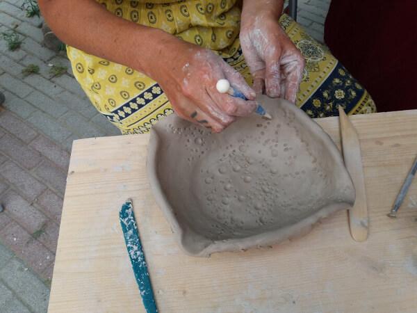 Immagine di esperimenti in ceramica durante i mercatini per hobbisti