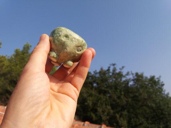 Immagine di una coppetta in ceramica artigianale verde, dimensioni reali
