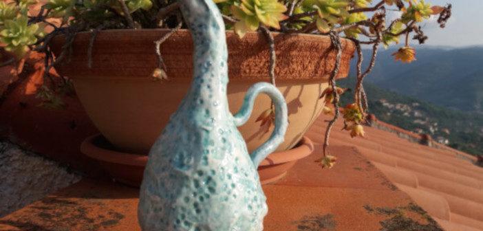 Vasetto in ceramica con collo piegato e manico