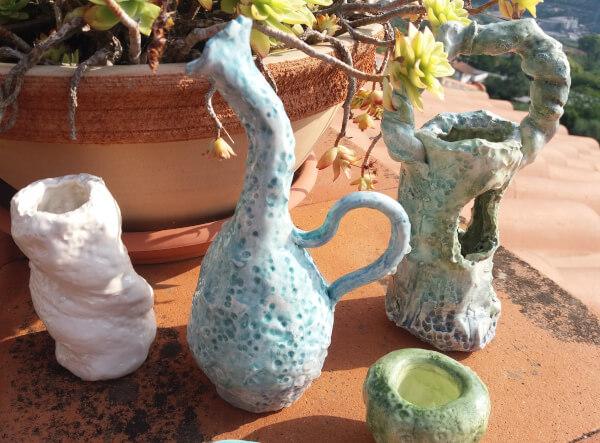 Immagine di vasetto ceramica con collo piegato e altre creazioni vista ravvicinata
