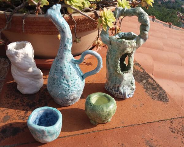 Immagine di vasetto in ceramica con collo piegato