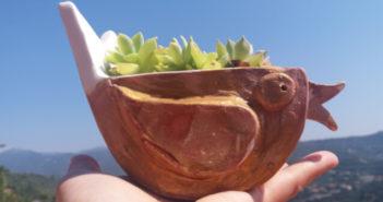 Immagine di un vaso e portavasi ceramica artigianale a forma uccello