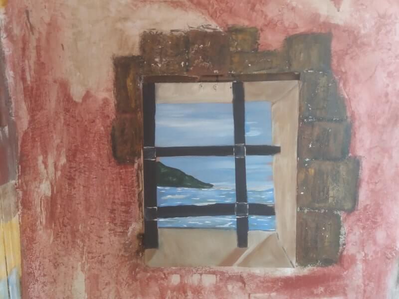Immagine di un particolare con finestra e nicchia del trompe l'oeil