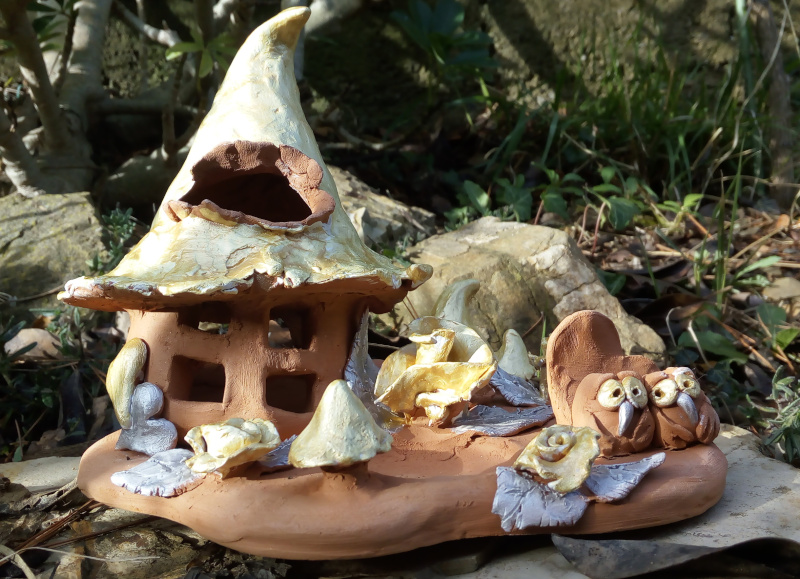 Immagine di una casetta fantasy in ceramica